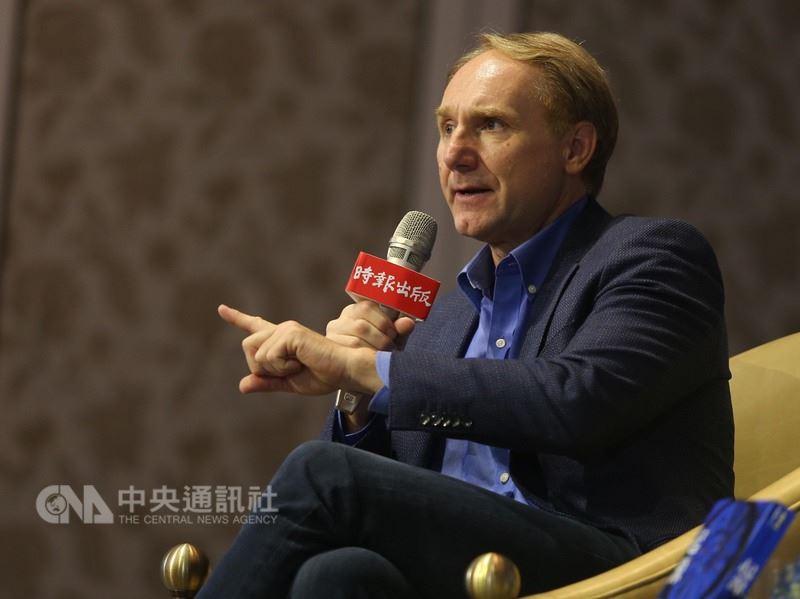 美國暢銷書作家丹.布朗(Dan Brown)訪台,25日在台北出席媒體見面會,並分享創作理念。中央社記者徐肇昌攝  107年5月25日