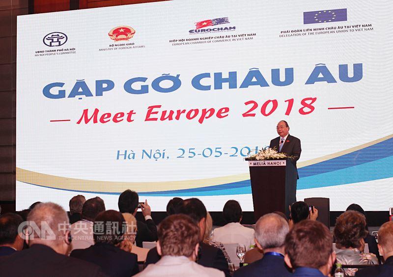 越南外交部等相關單位25日在河內聯合舉行「2018年越南與歐洲相遇」會議,與會代表聚焦討論雙方經貿合作關係。圖為越南總理阮春福發表談話。中央社河內攝 107年5月25日
