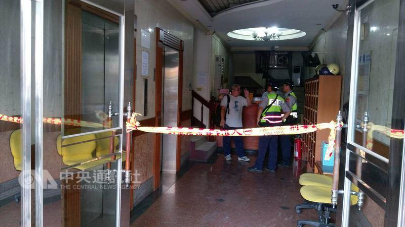 台中市南區一家知名牙醫診所24日發生持刀攻擊事件,警方在現場拉起封鎖線。(中央社檔案照片)