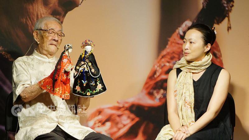 台中國家歌劇院25日舉辦「穿紅絲緞的少女」宣傳記者會,布袋戲大師陳錫煌(左)展現手上功夫,訴說一段關於親情、愛情與友情的故事。(台中國家歌劇院提供)中央社記者郝雪卿傳真 107年5月25日