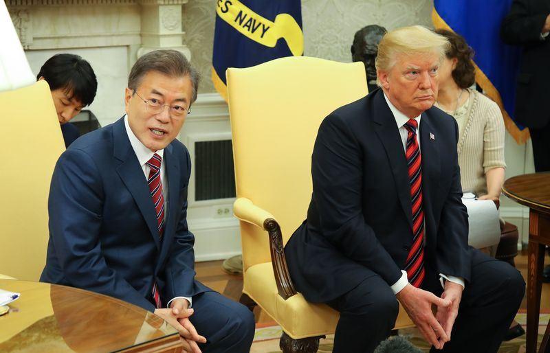 南韓總統文在寅(左)就美國總統川普(右)宣布取消與北韓高峰會表示,此事令人錯愕和遺憾。圖為日前文在寅與川普會面。(檔案照片/韓聯社提供)