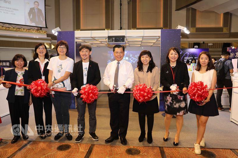 新加坡書展「台灣館」25日開幕,不僅展示台灣本土特色作品,並以數位多媒體載具閱讀方式,打造台灣文學國際品牌。圖為「台灣館」開幕剪綵。中央社記者黃自強新加坡攝 107年5月25日