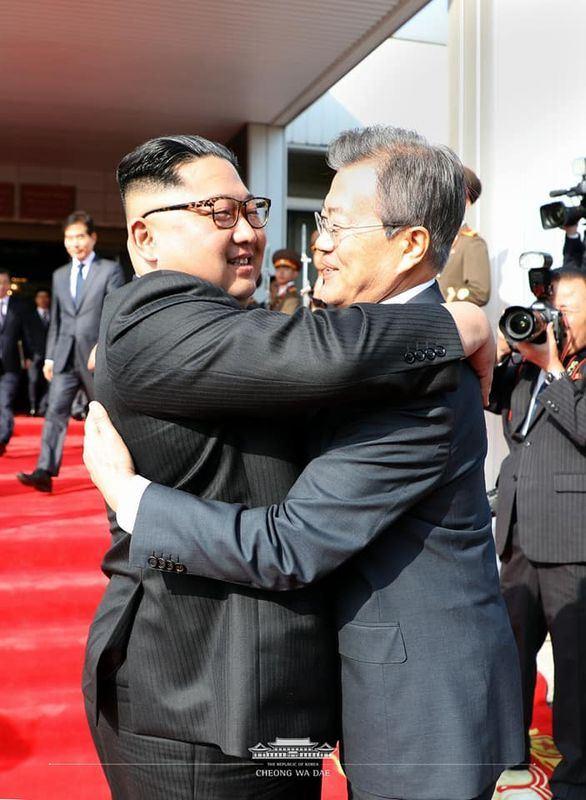 南韓總統文在寅與北韓領導人金正恩26日會面,商討金正恩與美國總統川普未來可能舉行的高峰會。(圖取自青瓦臺臉書www.facebook.com)
