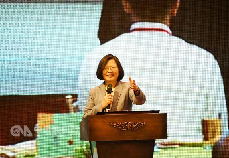 總統蔡英文26日在新北市新莊區出席中華民國屏東縣同鄉會代表大會致詞表示,台灣正在進步,大家「心頭一定要抓乎定」,只要台灣在國際上有突破,中國就越想打壓。中央社記者林長順攝 107年5月26日