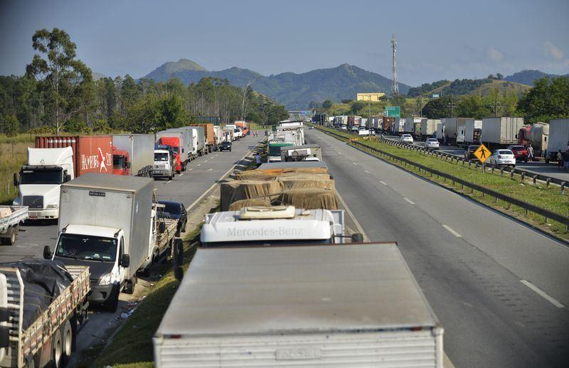為抗議油價調漲,巴西卡車司機5天罷工抗議,讓全國幾乎癱瘓。(安納杜魯新聞社提供)
