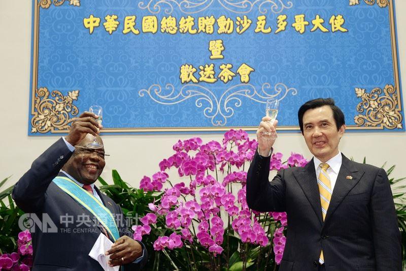 前布吉納法索特命全權大使沙瓦杜哥(左)於1994年派駐來台,他於2013年10月接受時任中華民國總統馬英九(右)頒授大綬卿雲勳章。(中央社檔案照片)