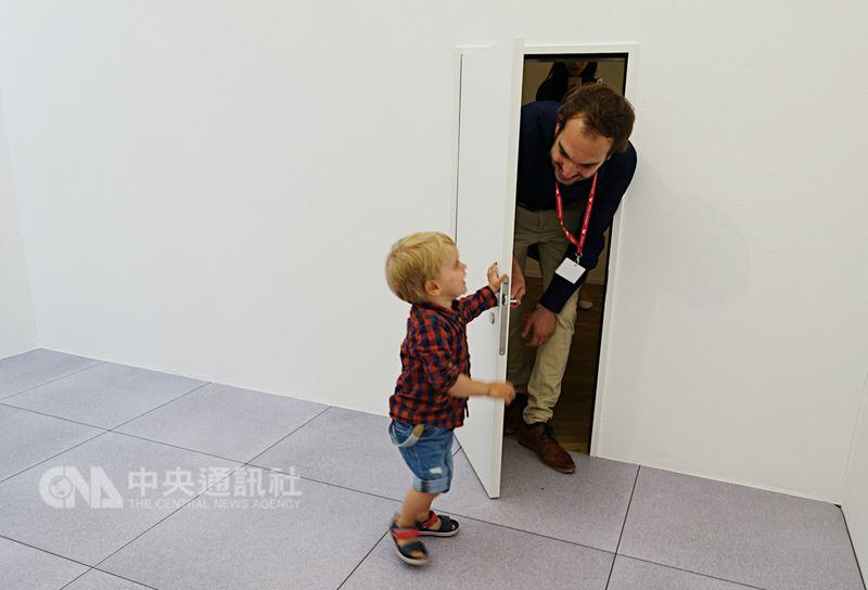 2018威尼斯建築雙年展26日公布得獎名單,瑞士館內沒有文字說明,只有透明落地窗及白色房間,讓民眾穿梭在放大、縮小的房門內,感受空間大小帶給人們心靈感受上的差異,也榮獲本屆金獅獎。中央社記者鄭景雯攝 107年5月26日