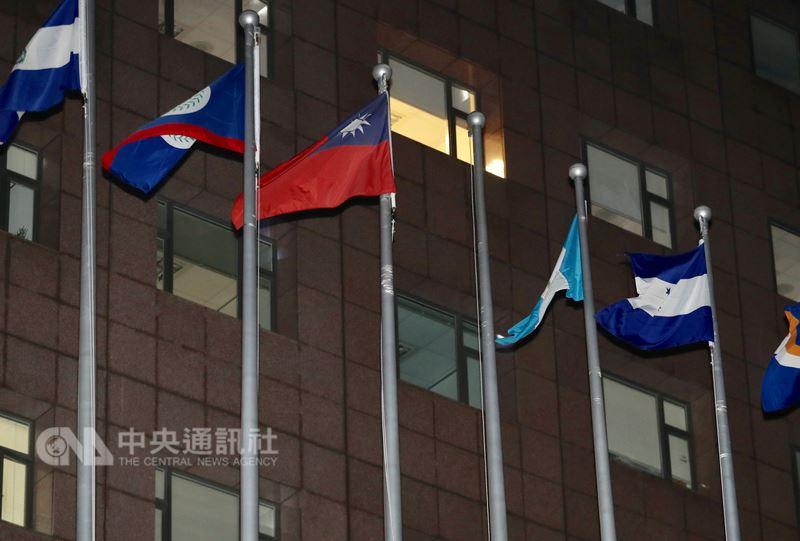 布吉納法索與中華民國斷交,26日與中國在北京簽署恢復外交關係聯合公報。圖為台北使館特區外的布吉納法索國旗已被降下。(中央社檔案照片)