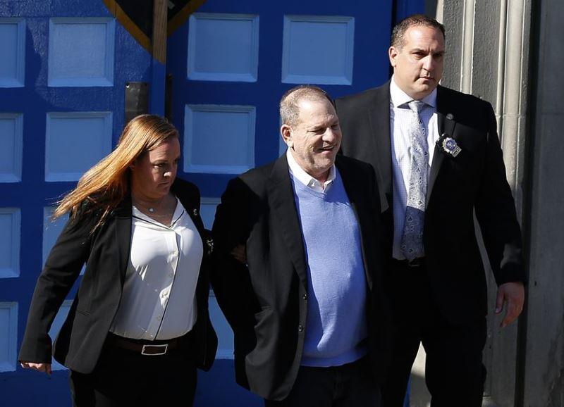 美國知名製片哈維溫斯坦(中)被指控性侵,他25日向警方投案後被捕。(安納杜魯新聞社提供)