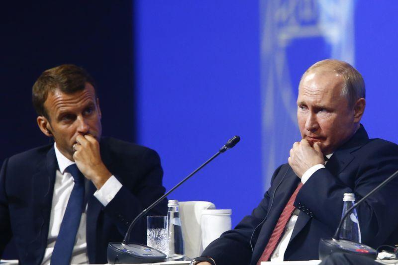 法國總統馬克宏(左)與俄羅斯總統蒲亭(右)25日相會,兩人對於美國總統川普就退出伊朗核子協議、氣候變遷和國際貿易等處理方式均感到不安。(安納杜魯新聞社提供)