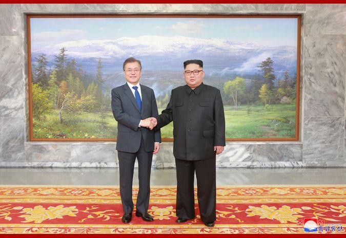 北韓領導人金正恩(右)和南韓總統文在寅(左)26日突然舉行面對面會談,金正恩表明希望6月與美國舉行高峰會的「堅定意志」。(圖取自北韓中央通信社 www.kcna.kp)