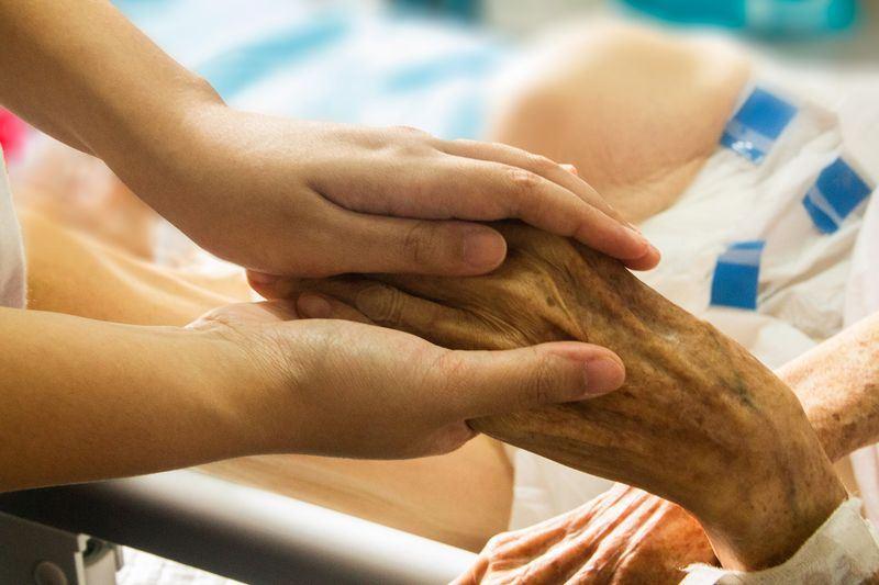 病人自主權利法民國108年上路,醫事司27日說,未來每縣市都會有一家醫院可協助執行病主法內容,保障善終權。圖為示意圖。(圖取自Pixabay圖庫)