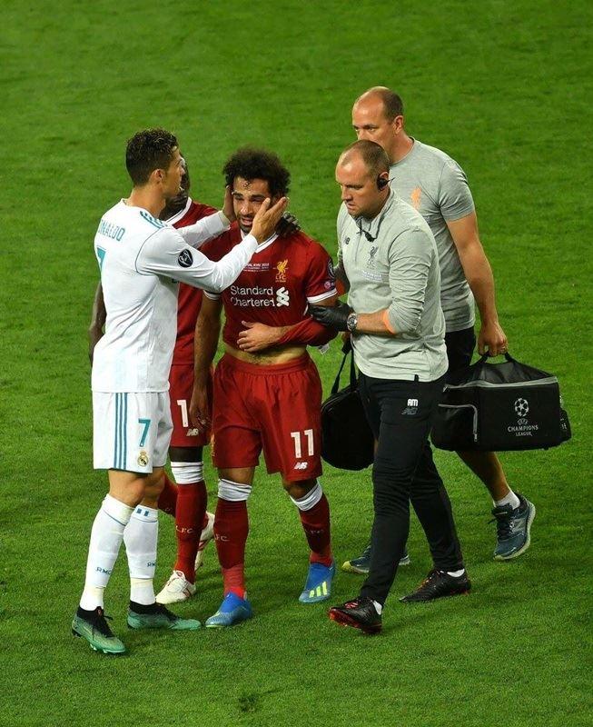 埃及足球明星沙拉(前中)26日在歐冠盃決賽受傷退場,嚴重傷勢可能使他錯過即將開打的世界盃。(圖取自埃及隊推特twitter.com/pharaohs)