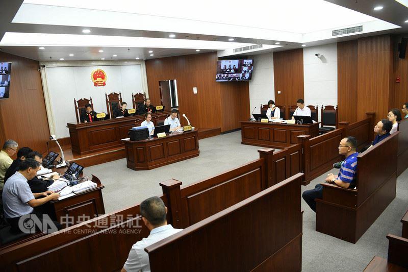 中國大陸多名維權律師近期面臨被吊銷律師證,顯示中國的法治空間容不下異議之聲。圖為2017年中國最高人民法院第五巡迴法庭內庭審的情況。(中新社提供)中央社  107年5月27日