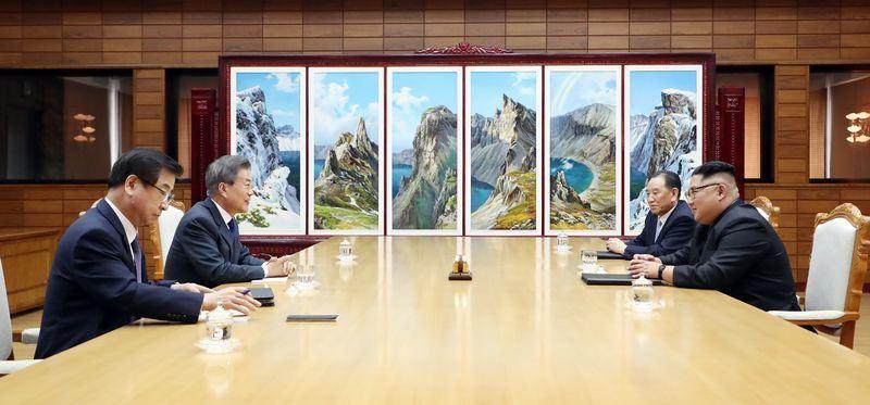 南北韓高層峰會26日在板門店北韓轄區「統一閣」會談,北韓國務委員會委員長金正恩(右前)表明舉行川金會的決心。(韓聯社提供)
