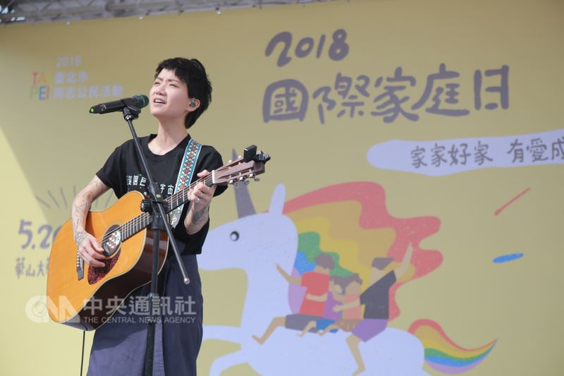 香港歌手盧凱彤26日下午在台北出席「2018國際家庭日草地園遊會」,用歌聲力挺婚姻平權。(婚姻平權大平台提供)中央社記者江佩凌傳真 107年5月26日