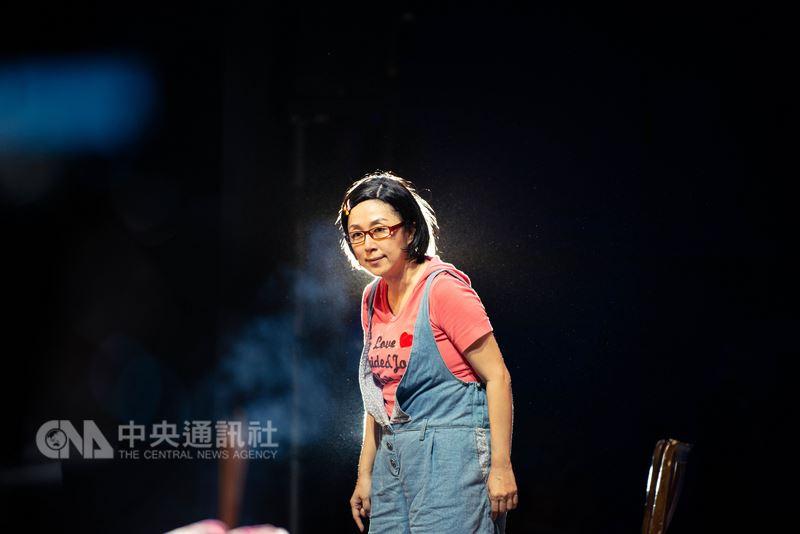 綠光劇團台灣野台戲劇工程「人間條件」戶外巡演最終場26日晚間在屏東登場,演員黃韻玲詮釋劇中「阿美」與「阿嬤」角色長達17年,不僅演繹了人間故事,也陪她走出人生低谷。(綠光劇團提供)中央社記者汪宜儒傳真 107年5月26日