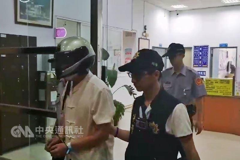 警方移送時,面對媒體詢問,陳男只是小聲表示「我錯了」。中央社記者吳睿騏桃園攝 107年5月27日