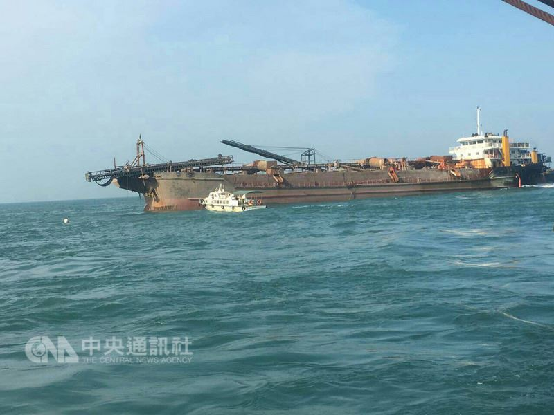 中國大陸籍「遠泰789」貨船3月31日擱淺在金門北碇海域,27日下午5時拖離金門水域,未造成污染。(航港局提供)中央社記者汪淑芬傳真 107年5月27日