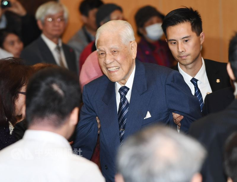 前總統李登輝(中)受邀6月24日前往日本沖繩,出席「台灣人戰亡者慰靈碑」的揭幕式。(中央社檔案照片)