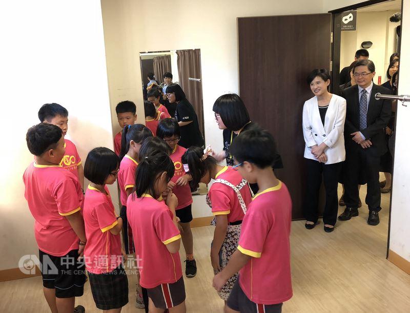 文化部長鄭麗君(右2)28日在台南新營文化中心參與「劇場新芽」活動,陪著國小三年級的學生認識劇場。她說,希望讓孩子知道藝術很好玩,認識劇場、認識幕前幕後,知道如何成為一個好觀眾。中央社記者汪宜儒攝 107年5月28日