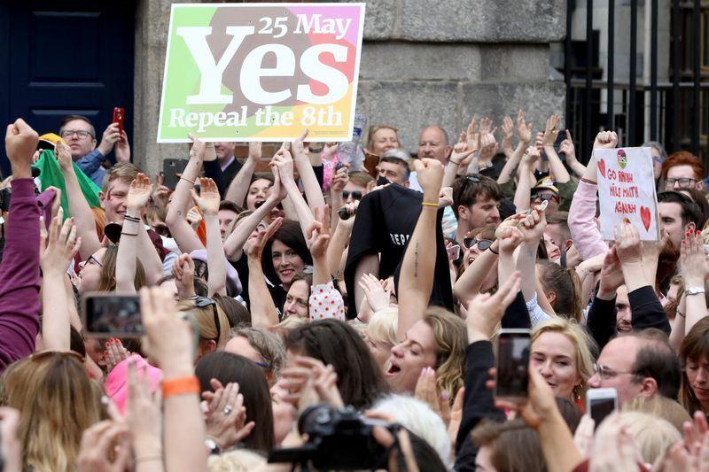 愛爾蘭在公投中以懸殊比例通過廢除墮胎禁令,民眾歡欣鼓舞上街頭。(法新社提供)