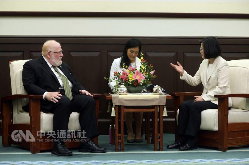 總統蔡英文(右)28日在總統府接見美國海外作戰退伍軍人協會總會長哈蒙(Keith Harman)(左)。中央社記者鄭傑文攝 107年5月28日