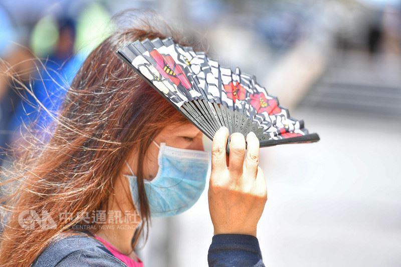 中央氣象局預報,28日全台仍悶熱,但極端炎熱的情況將稍微緩和。(中央社檔案照片)