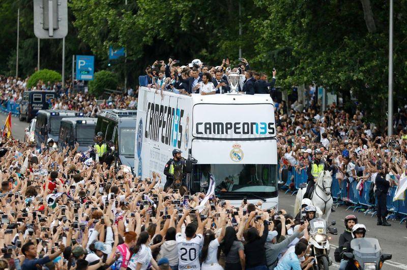 皇家馬德里隊在歐洲冠軍聯賽決賽擊敗英超利物浦隊,完成歐冠盃3連霸後,成千上萬名熱情粉絲27日夾道歡迎他們光榮歸國。(圖取自皇家馬德里隊官網 www.realmadrid.com)