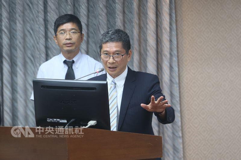 客家委員會主任委員李永得(右)28日表示,他保證今年參加客語認證人數一定比往年多,「如果沒有多,我負責」。中央社記者吳家昇攝 107年5月28日