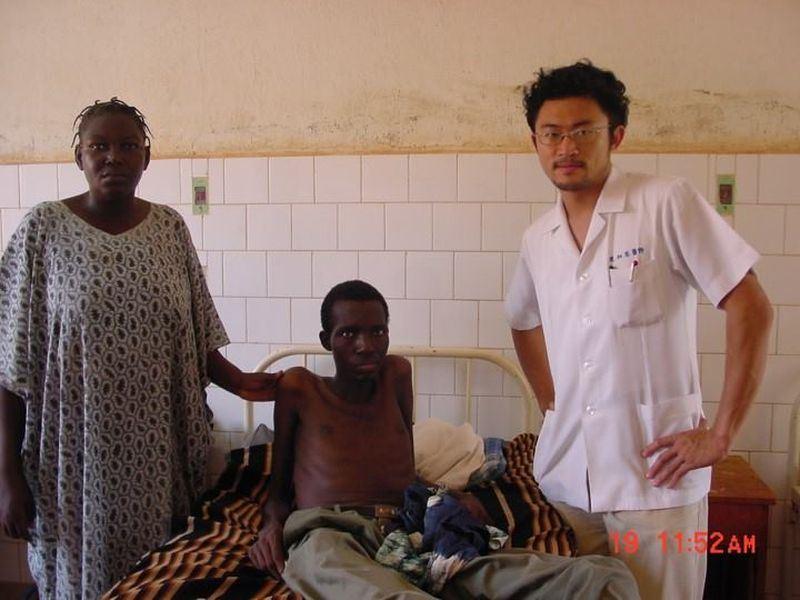 布吉納法索和台灣斷交,醫師連加恩(右)28日說,他在布國的工作不會停止,政治和外交界線從來沒辦法限制台灣民眾的愛心。(圖取自連加恩臉書www.facebook.com/chiaen.lien)