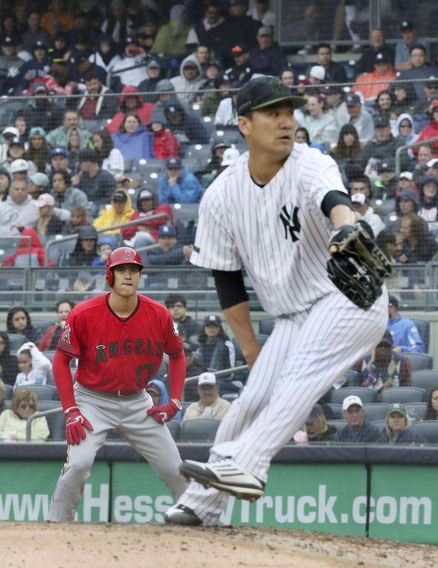 美國職棒大聯盟MLB日籍球星田中將大(前)與大谷翔平(後)27日投打對決,兩人在大聯盟首度交手,田中占上風。(共同社提供)