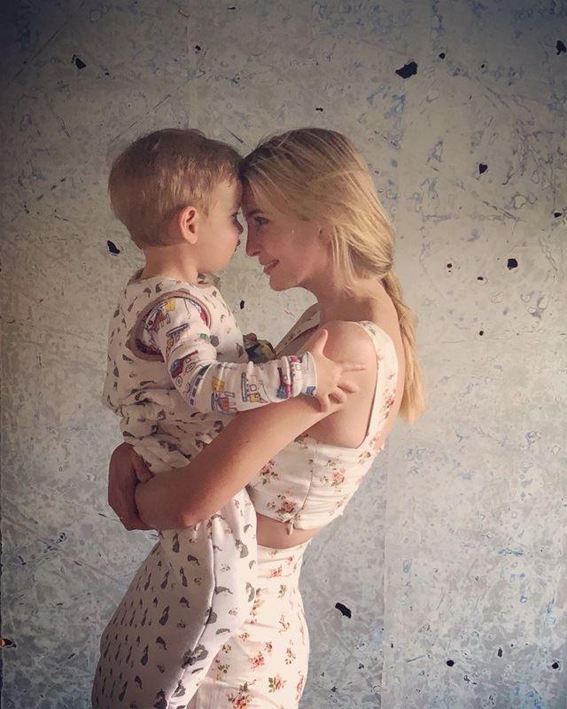 美國邊境官員強迫移民孩童與母親分離,引發輿論爭議。第一千金伊凡卡此時卻發布自己與兒子依偎照,引發網民抨擊。(圖取自伊凡卡推特twitter.com/ivankatrump)