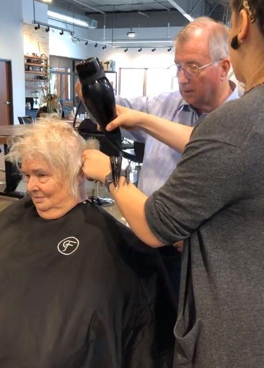 一名德州老翁帶著結髮45年的老伴上髮廊,請美髮師教他如何為中風妻子吹整頭髮。(圖取自Raigen Kelley 臉書www.facebook.com/raigen.kelley)