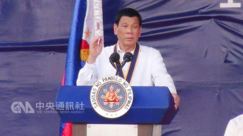 菲律賓總統杜特蒂3日在首爾會見當地菲僑時,揚言將「生吞」恐怖分子,恐怖分子所作所為,菲政府將「十倍奉還」。圖為杜特蒂5月23日在馬尼拉發表演說的照片。(資料照片)中央社記者林行健馬尼拉攝 107年6月4日