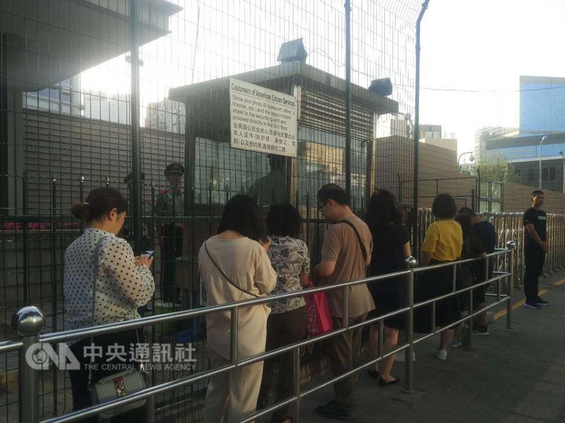 4日是六四事件29週年。在這個敏感的日子,一場有關LGBT的活動晚間在北京美國中心登場。圖為排隊等待進場的參加者。中央社記者周慧盈北京攝 107年6月4日