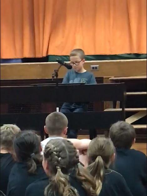 美國一名10歲小男孩5月24日在學校才藝表演中自彈自唱約翰藍儂名曲「想像」,影片在臉書上獲得數百萬人觀看。(圖取自Michelle Cavarnos Kornowski臉書www.facebook.com/michelle.cavarnoskornowski)