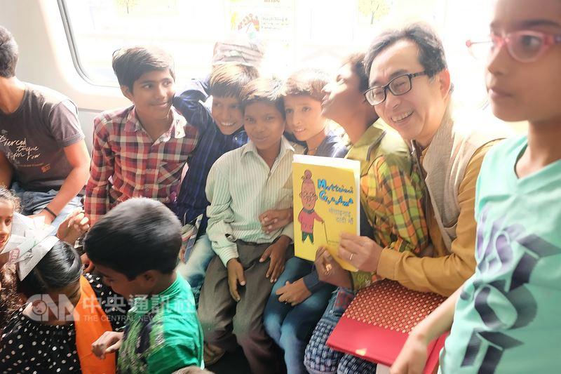 日本對外援助的國際協力機構印度事務所所長坂本威午(右2)4日透過在德里地鐵站辦環保繪本說故事活動,向印度小學生宣導環保知識,也讓印度小學生了解日本文化。中央社記者康世人新德里攝 107年6月4日