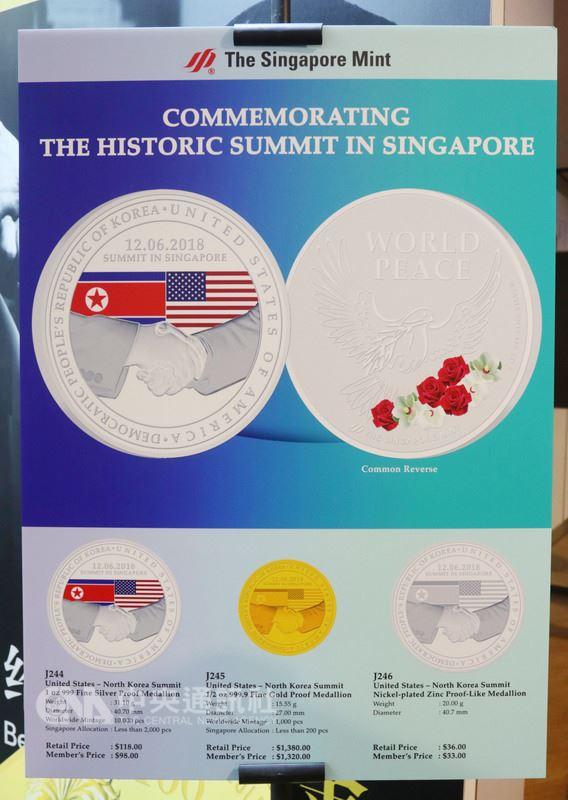 川金會12日在新加坡舉行,新加坡造幣廠推出印有象徵美國總統川普,與北韓領導人金正恩的握手圖案紀念幣。圖為金、銀及銅等3種顏色紀念幣的海報看板。中央社記者黃自強新加坡攝 107年6月5日