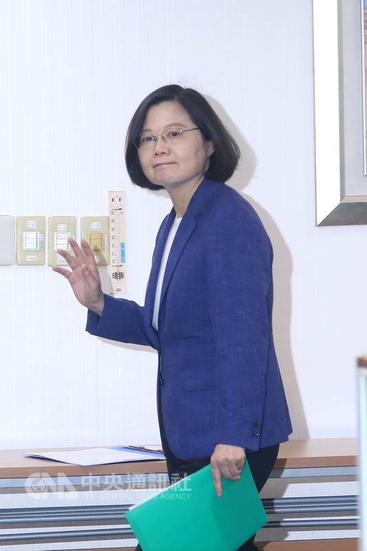 民進黨主席蔡英文6日在民進黨中央黨部出席中常會時,向媒體揮手致意。中央社記者吳家昇攝 107年6月6日