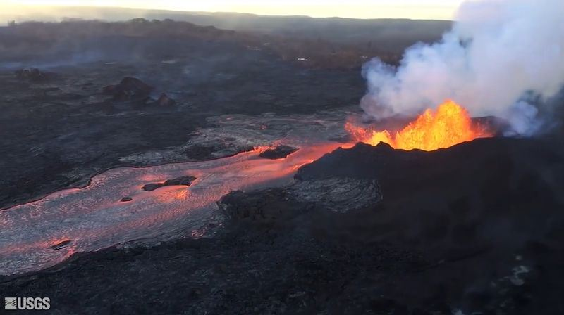 夏威夷州幾勞亞火山不斷蔓延的熔岩流,已經吞噬大島東端兩處濱海住宅區。(圖取自USGS Volcanoes臉書www.facebook.com/USGSVolcanoes/)