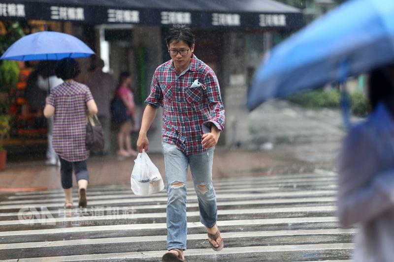 中央氣象局9日表示,10日起全台都可能下雨,但氣溫仍可能高達攝氏32至34度。(中央社檔案照片)