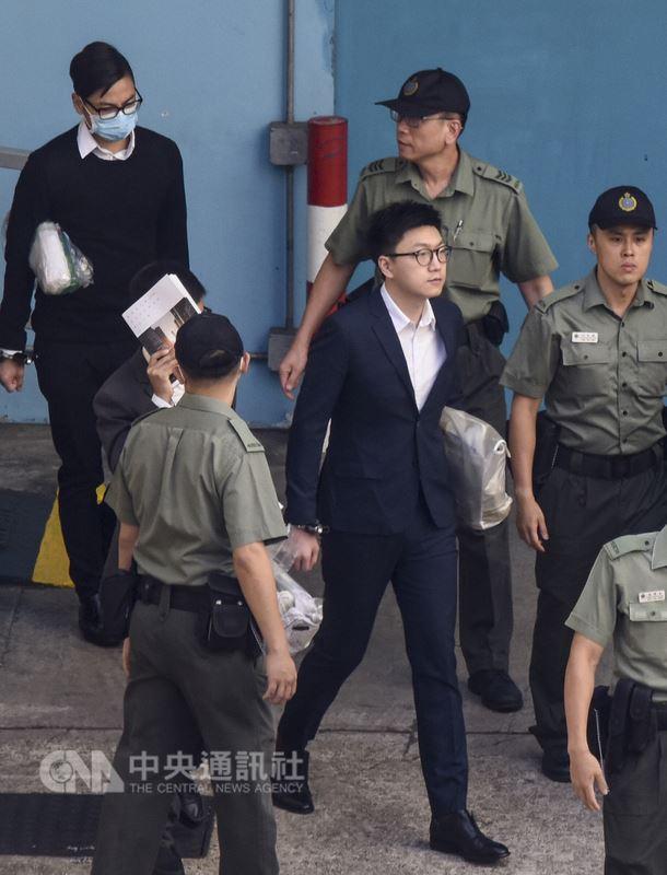 兩年前在香港發生的旺角警民衝突案宣判,前香港本土民主前線發言人梁天琦(中著西裝者)參與暴動罪成,11日被香港高等法院判囚6年。(中新社提供)中央社  107年6月11日
