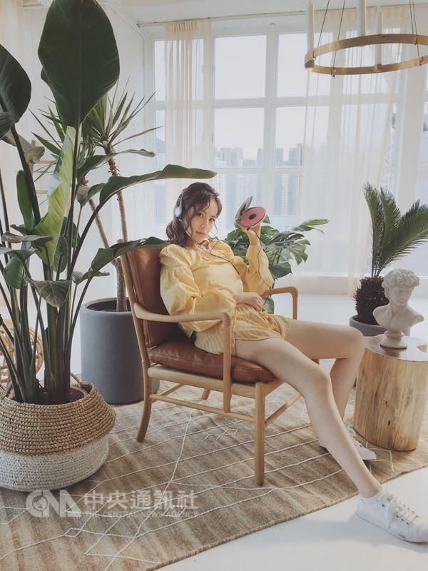 創作女歌手王詩安11日宣布推出節奏強烈新單曲,MV則展現復古甜美風,盼透過注入活力及熱情的歌曲,唱出眾人記憶中夏日美好時光。(賦音樂提供)中央社記者江佩凌傳真 107年6月11日