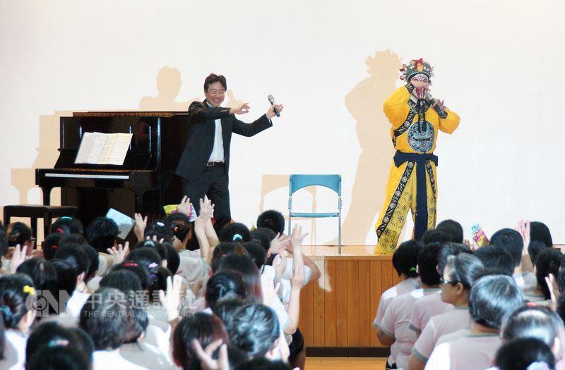 大提琴家張正傑(後左)與京劇演員朱陸豪(後右)12日在高雄女子監獄同台獻藝,為收容人帶來精彩藝文盛宴,全場同樂。中央社記者程啟峰高雄攝  107年6月12日