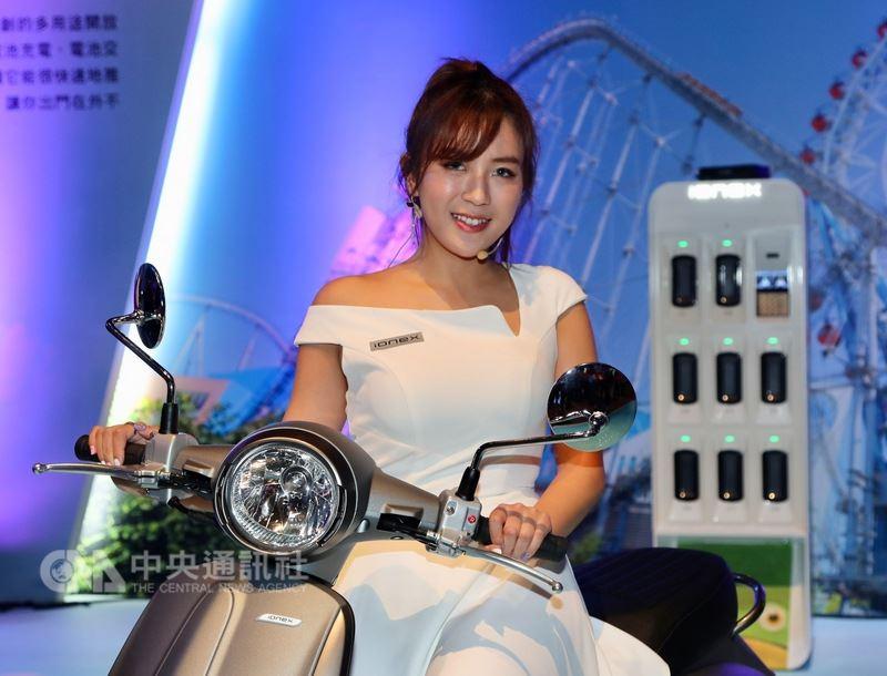 國內機車製造大廠光陽工業股份有限公司12日在台北舉行ionex車能網台北國際發表會,介紹光陽ionex車能網理念及運作方案,同時發表兩款電動機車。中央社記者張皓安攝 107年6月12日