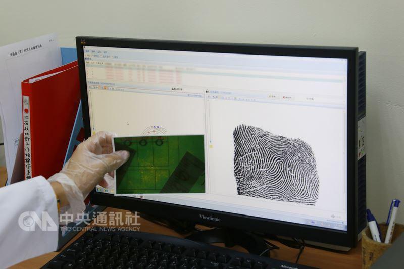 花蓮縣警察局成立指紋遠端比對工作站,12日正式揭牌啟用,引進電腦系統進行指紋比對鑑定、強化刑案現場指紋證物處理及分析研判效能,能快速鎖定嫌犯身分,將嫌犯繩之以法。中央社記者李先鳳攝  107年6月12日