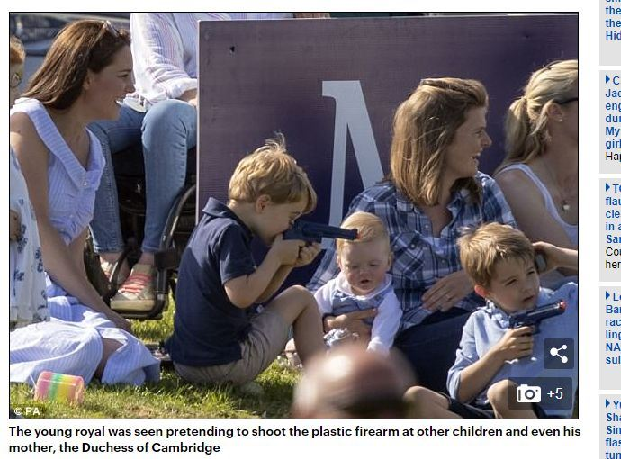 4歲的英國喬治王子和媽媽凱特去郊遊,被媒體拍到他把玩著一把玩具槍。(圖取自每日郵報網頁www.dailymail.co.uk)