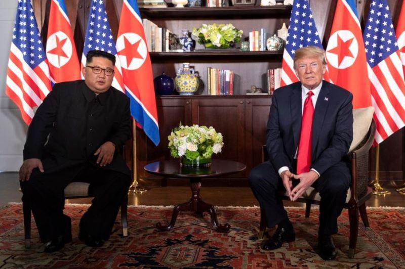 美國總統川普(右)與北韓領導人金正恩(左)在新加坡高峰會前亮相,肢體語言專家指出,川普笑容歪斜、金正恩盯著地板,兩人都難掩內心緊張。(圖取自白宮社群媒體主任史卡維諾推特網頁twitter.com/scavino45)