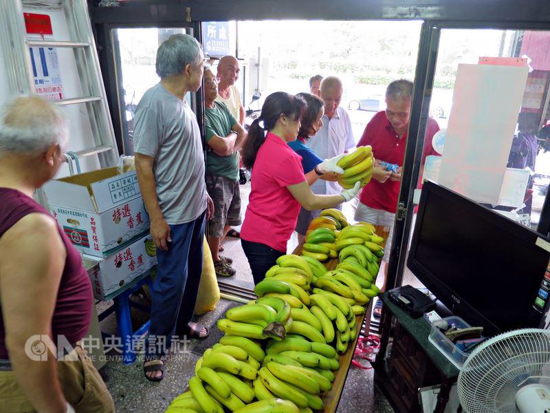 為幫助蕉農,台北市12區區公所與台北農產運銷公司合作,協助里長代訂香蕉,3天就訂了77.34公噸。圖為文山區興家里分送香蕉情形。(台北市民政局提供)中央社記者陳妍君傳真 107年6月13日